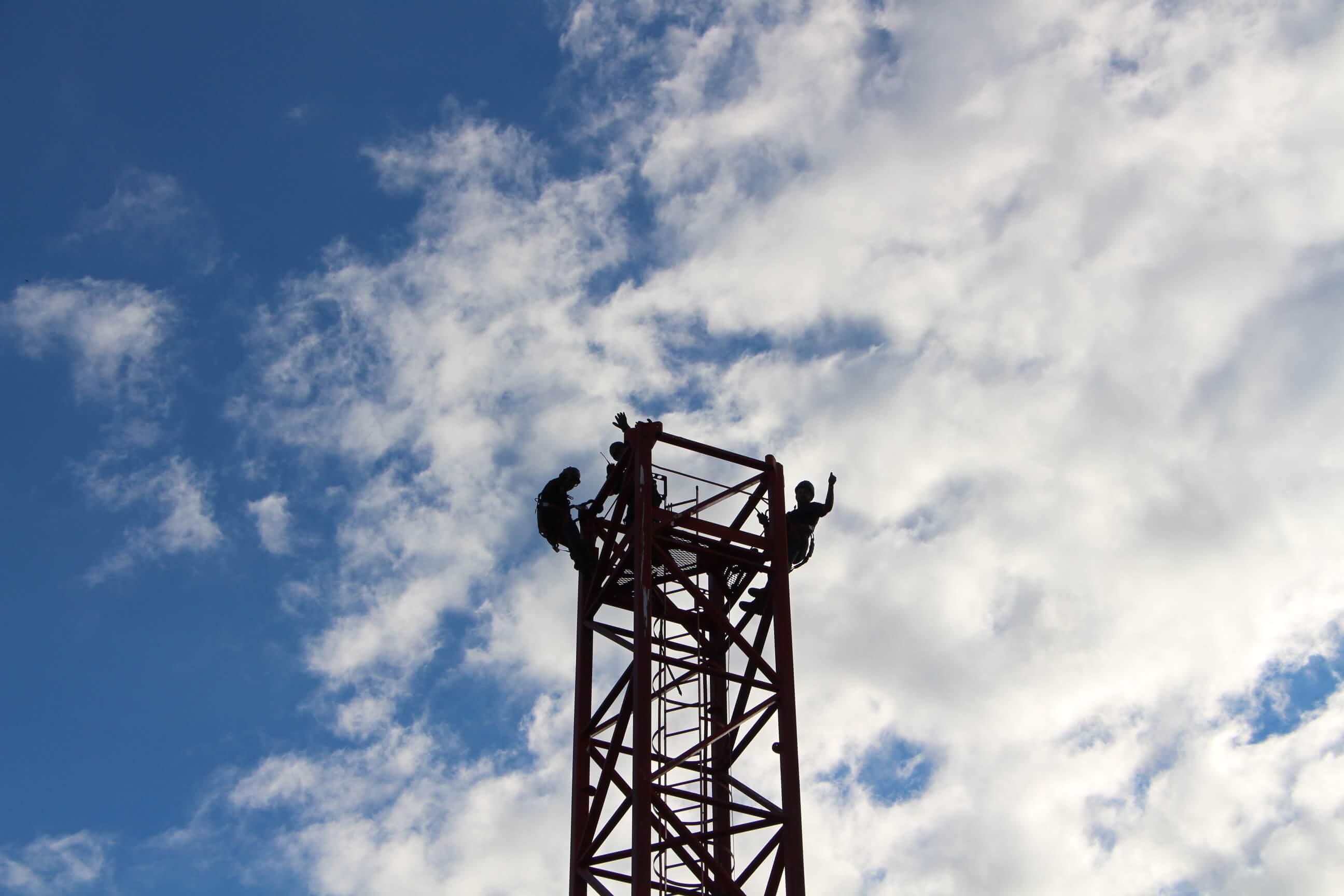 Montagem das gruas nos novos empreendimentos da Construtora Jobim