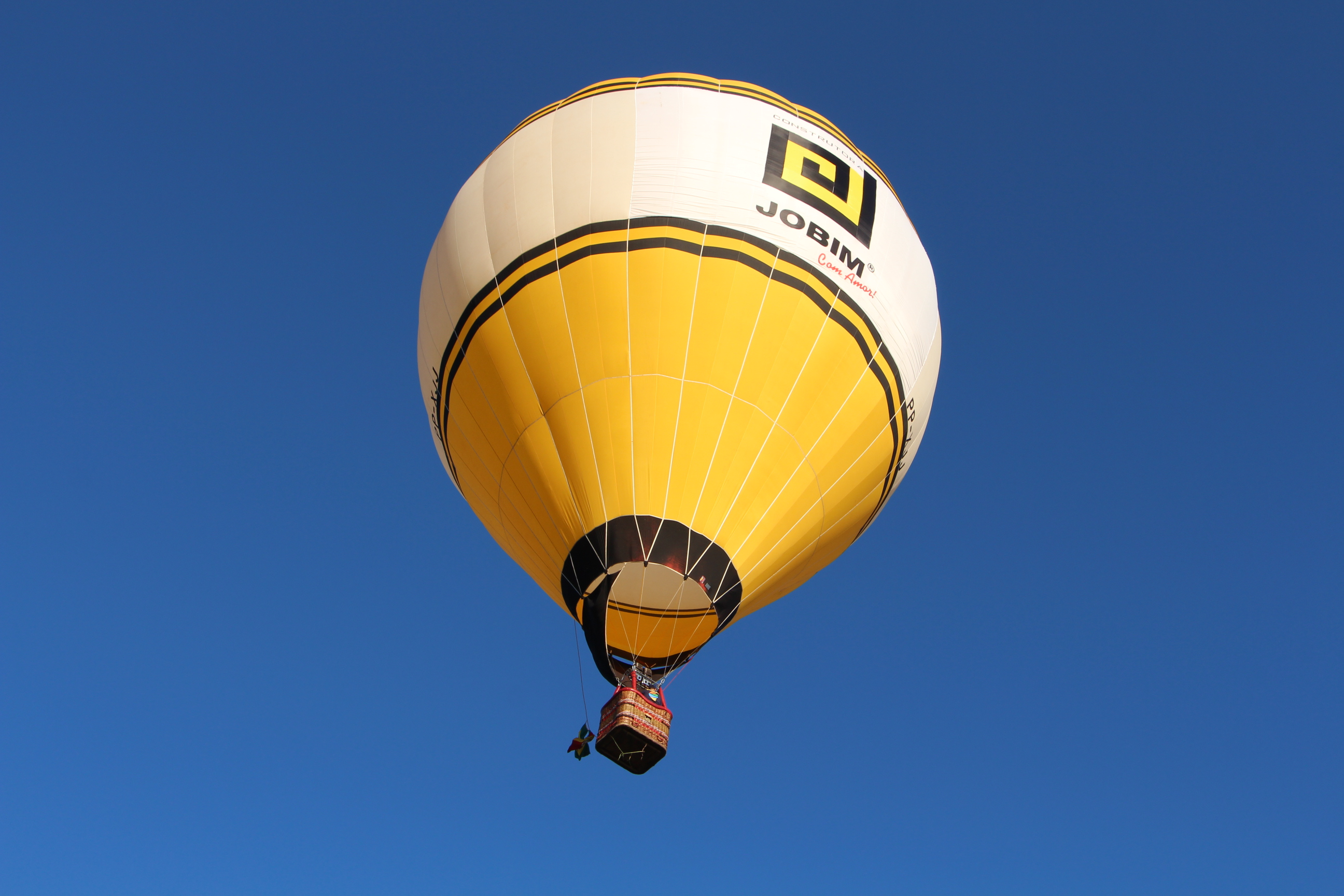 Balão da Construtora Jobim sobrevoa a cidade de Santa Maria no festival de Balonismo